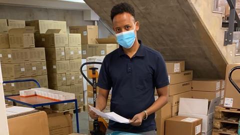Nasir Ibrahim nimmt im Lager im Klinikum Hanau die 20.000 Masken aus Taizhou entgegen.