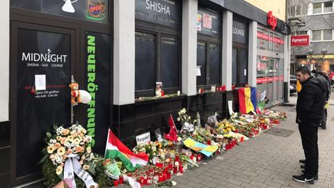 Blumen und Trauergebinde vor der Shisha-Bar Midnight in Hanau, einem der Tatorte des rassistischen Anschlags