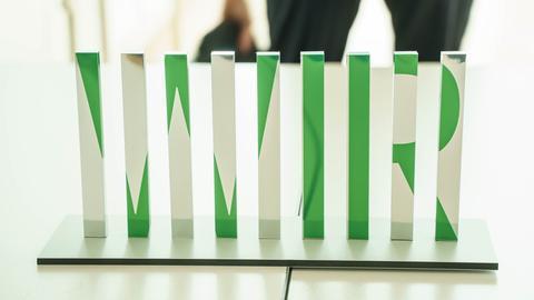 """Der Entwurf mit dem Titel """"Wir"""" der Künstlerin Susanne Lorenz aus Berlin steht auf einem Tisch bei einer öffentlichen Präsentation von fünf Entwürfen für das Hanau-Mahnmal."""
