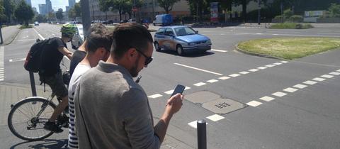 Blick aufs Handy statt auf den Verkehr.