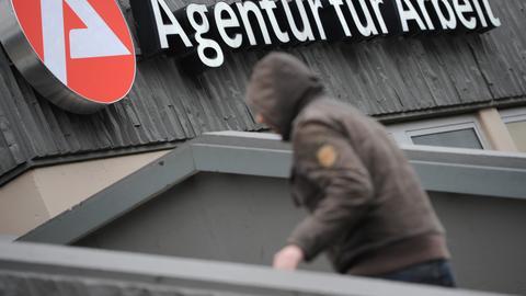 Ein Mann vor dem Jobcenter in Wiesbaden.