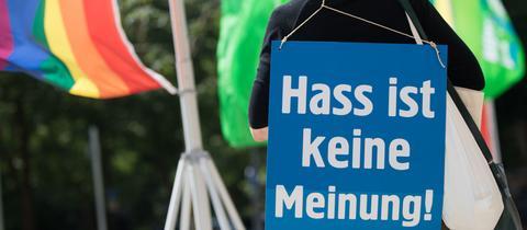 """Protest gegen """"Hate Speech"""" auf einem Grünen-Landesparteitag 2018 in Wiesbaden."""