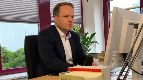 Staatsanwalt Benjamin Krause sitzt an seinem Schreibtisch.
