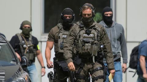 Beamte eines Spezialeinsatzkommandos der Polizei Frankfurt sichern einen Gerichtstermin mit Haykel S.