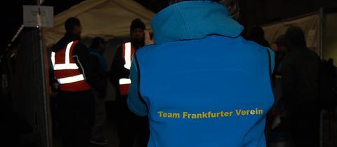 Helfer betreuen Flüchtlinge im Frankfurter Hauptbahnhof