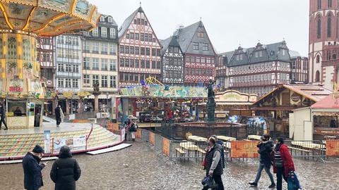 """Auf dem Römerberg stehen Buden und ein Kettenkarussel. Dort findet ein Teil der Kirmes """"Herbst in der Stadt"""" statt."""