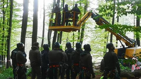 """Die Polizei räumt das Camp """"Neuerdings"""" im Herrenwald."""