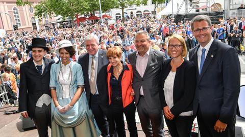 Das Hessentagspaar mit prominenten Besuchern in Rüsselsheim