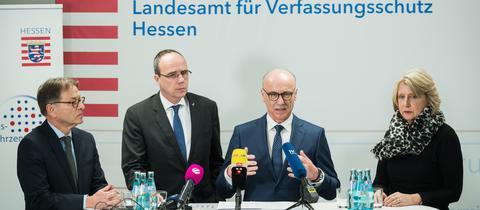 Verfassungschutzchef Robert Schäfer (v.l.), Innenminister Peter Beuth, Generalstaatsanwalt Helmut Fünfsinn und LKA-Chefin Sabine Thurau