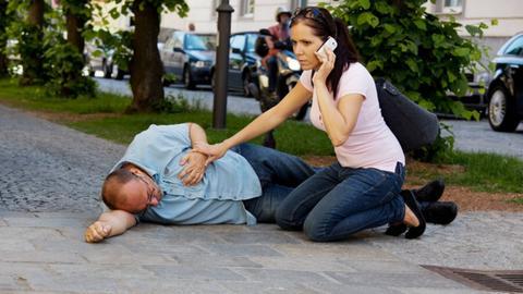 Eine Frau ruft den Notarzt