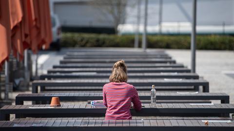 Eine Studentin nimmt im April an einer Videokonferenz an der Hochschule Fulda teil