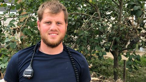 THW-Helfer Michael Schmitz - um den Hals trägt er ein Funkgerät