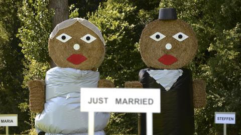 Strohballen als Brautpaar.