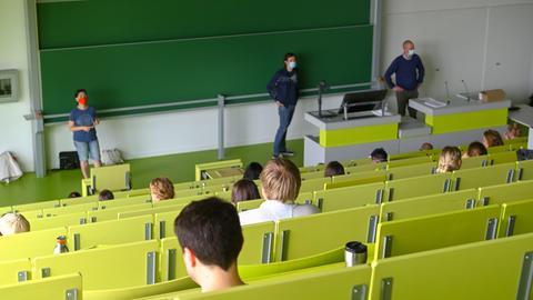 Hörsaal der Uni Kassel - Studierende in großem Abstand - alle tragen Mundschutz