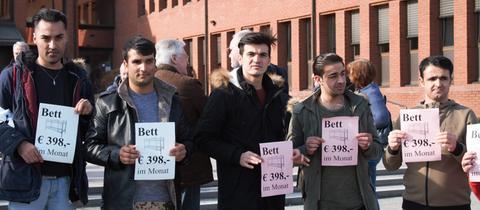 Protest gegen eine Erhöhung der Unterbringungsgebühren für Asylbewerber am Montag in Hofheim.