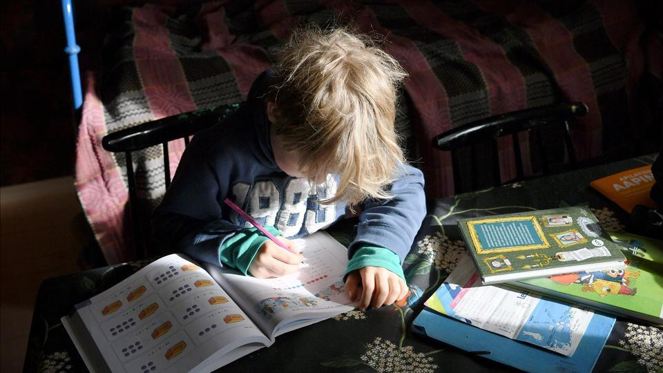 Ein Schüler lernt zuhause