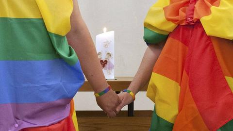 Die EKHN nennt homosexuelle Segnungen von nun an auch Trauung