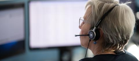 Eine Mitarbeiterin des ärztlichen Bereitschaftsdienstes 116 117 am Telefon