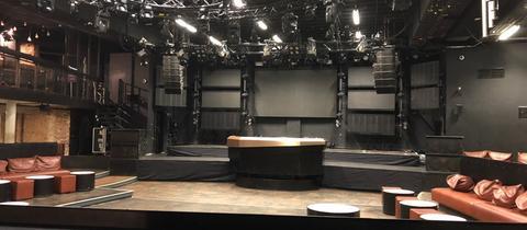 Der Gibson-Club in Frankfurt. Eine leere Tanzfläche und Lichtanlagen für den Clubbetrieb, die nicht leuchten.