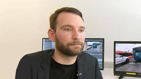 Mobilitätsforscher Alexander Gardyan sitzt vor Bildschirmen