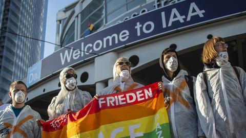 Klima-Aktivisten blockierten am Sonntag mehrere Zugänge zur IAA
