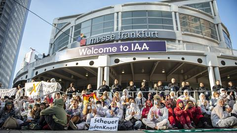 Klimaaktivisten am Haupteingang der IAA.