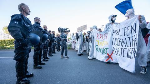 """Aktivisten von """"Sand im Getriebe"""" blockieren auch den westlichen Eingang der IAA."""