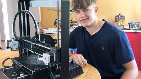 Felix Kläres bei der Arbeit am 3D Drucker | Sophia Luft