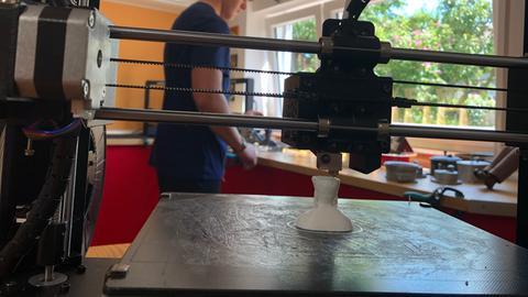 Felix Kläres bei der Arbeit am 3D Drucker