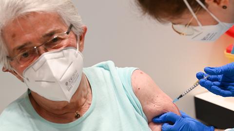 Die 87 Jahre alte Marielotte Kilian wird im Wiesbadener Impfzentrum geimpft.