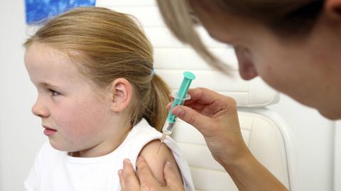 Kind wird beim Arzt geimpft
