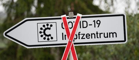 Durchgestrichenes Schild mit Hinweis auf Impfzentrum