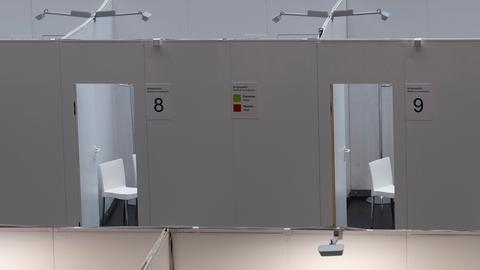 Zwei leere Stühle im Impfzentrum in Frankfurt