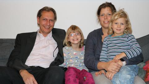 Familienfoto mit Eltern und zwei Töchtern
