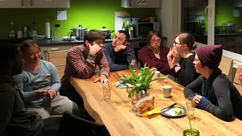 In ihrer Küche kommen die WG-Mitglieder immer wieder zusammen.