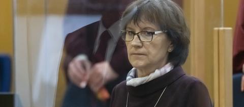 Irmgard Braun-Lübcke, Ehefrau des ermordeten Walter Lübcke, sitzt im Gerichtssaal.