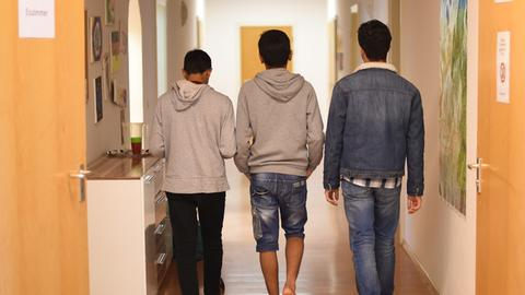 Minderjährige Asylbewerber auf dem Flur eines Jugendheims