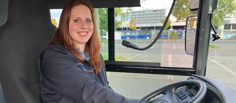 Andrea Kuhlenschmidt sitzt in ihrem Linienbus am Steuer.