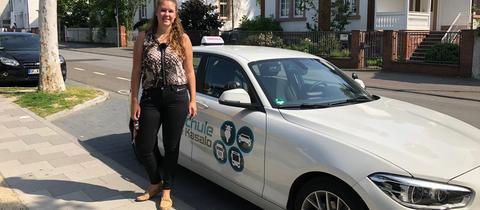 Junge Fahrlehrerin Lena Growe aus Langen