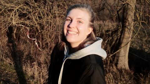 Die 28-jährige Hanna Tinnefeld lacht in die Kamera