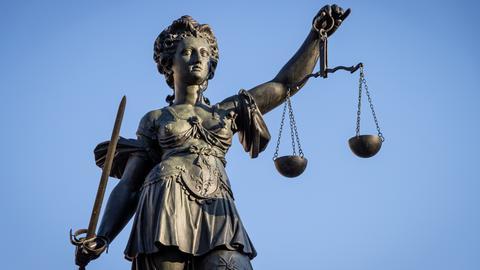 """Die""""Justitia"""" thront auf dem Gerechtigkeitsbrunnen in Frankfurt."""