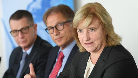 Gemeinsame Pk von Justizministerin Kühne-Hörmann, Generalstaatsanwalt Fünfsinn (M) und Oberstaatsanwalt Badle