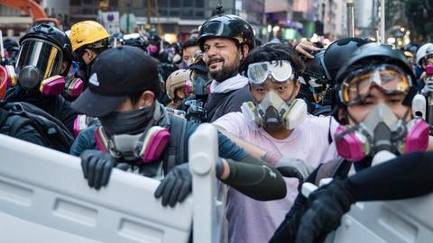 Fotograf Kai Pfaffenbach in mitten von Demonstranten in Hongkong