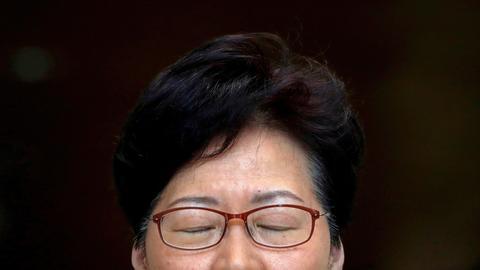 Hongkongs Regierungschefin Carrie Lam mit geschlossenen Augen kurz vor Beginn einer Pressekonferenz