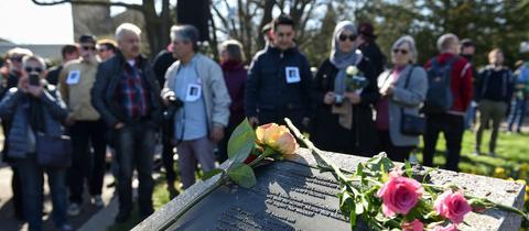 Menschen gedenken in Kassel der NSU-Opfer