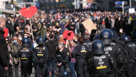 Mehr als 20.000 Menschen demonstrierten am Samstag in Kassel gegen die Corona-Eindämmungsmaßnahmen.