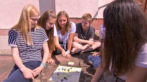 Schüler der Eichendorffschule beim Spielen ihres Main-Taunus-Kreis-Brettspiels