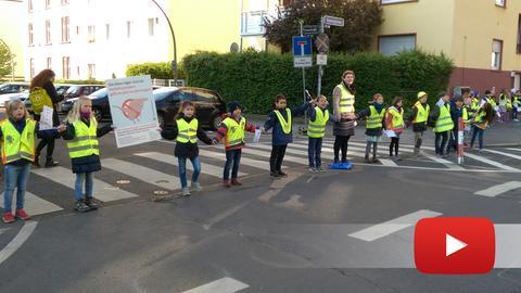 2.500 Schüler haben in Frankfurt eine rund vier Kilometer lange Menschenkette gebildet.