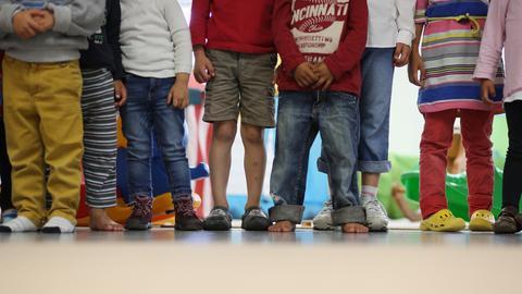Kita Kinder stehen in einer Reihe