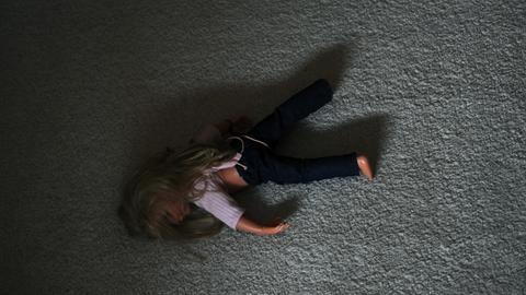 Kindesmissbrauch Sujet Puppe